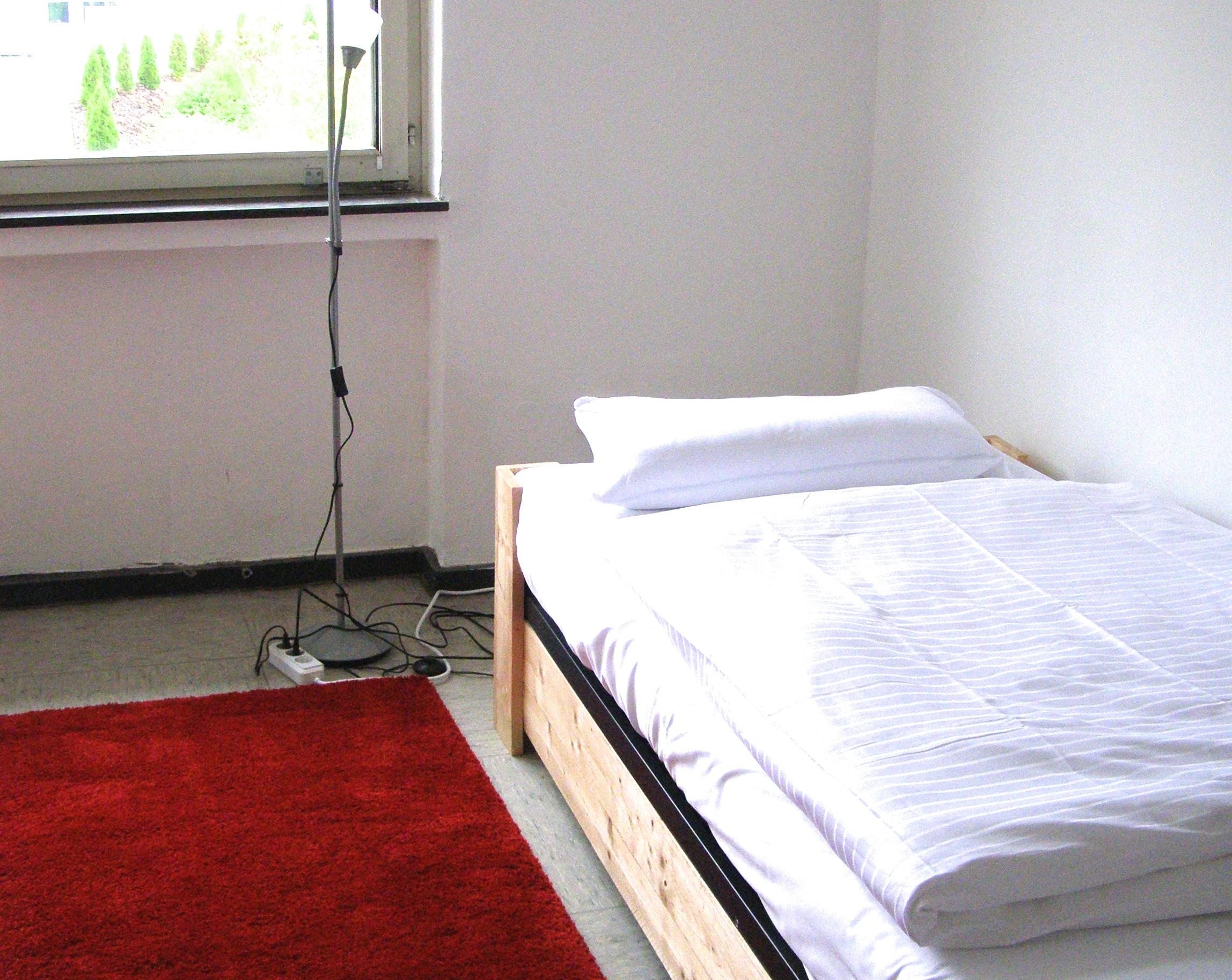 Betten mit Bio-Satin-Bettwäsche bezogen